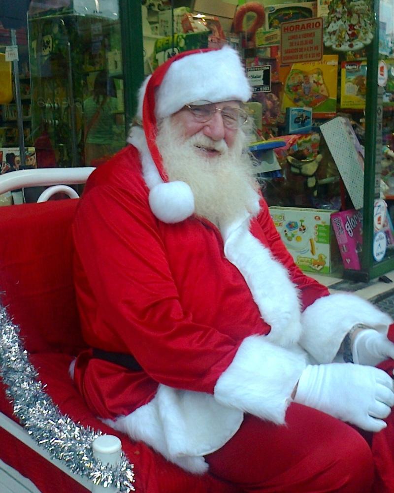 papa_noel_en_la_puerta_de_una_jugueteria-_buenos_aires-_diciembre_2013