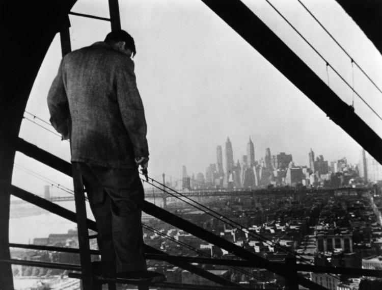 naked-city-the-1948-001-man-high-new-york-skyline-00n-630